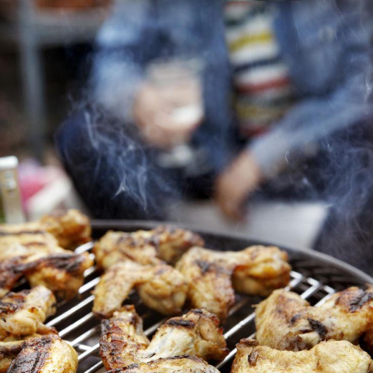 Gemarineerde kipklujfjes. Kook de kippenvleugeltjes 5 minuten voor in de kippenbouillon. Giet af en laat afkoelen. Roer de olie, ketchup, ketjap en suiker goed door elkaar en schep de kippenvleugeltjes er doorheen zodat alles goed bedekt is. Dek af en laat een paar uur marineren. Leg de vleugeltjes op het barbecuerooster zo hoog mogelijk boven de warmtebron en rooster om en om donkerbruin. Blijf erbij, want door de suiker in de marinade kan het vlees snel aanbranden.