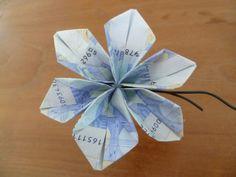 Zelf deze geld bloem maken? Je hebt nodig;     3 briefjes papiergeld   ijzerdraad  groen tape