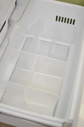 こちらのブロガーさんが冷凍室収納に活用しているのは、無印良品&IKEAの収納アイテムです。冷凍室の深い引き出し部分には、無印の「重なるアクリルCDラックボックスタイプ」を2つ、「アクリル仕切りスタンド3仕切り」1つを上手に組み合わせて収納しています。