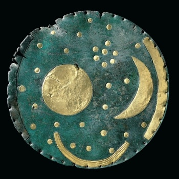 The Nebra Sky Disc. Produced during the Bronze Age by metallurgists and astronomers from Cornish gold and tin which was traded across the sea to Europe, the Sky Disc is the world's oldest astronomical map.Más Antigua, Celeste De, Bronze Age, El Discos, Sky Disc, Nebra Sky, De Nebra, La Representación, Disks