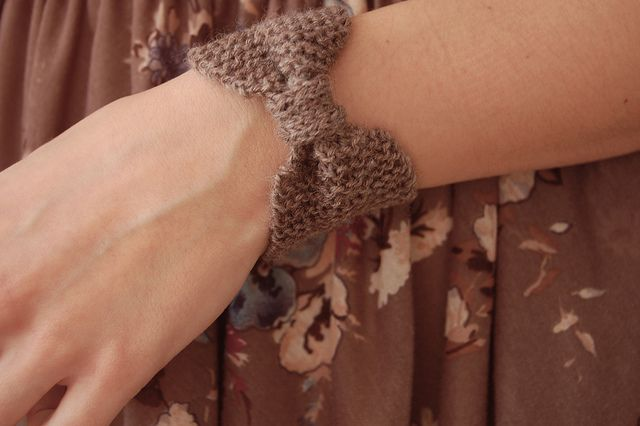 Bow Pouch Bracelet free knitting pattern -- this cute bow bracelet has a secret -- a little pouch on the underside where you can put coins, bobby pins, etc. | Jewelry Knitting Patterns, many free patterns, at http://intheloopknitting.com/jewelry-knitting-patterns/