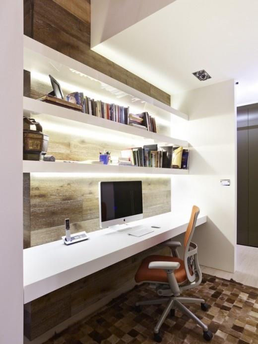 étagères blanches épurées rétroéclairées, avec un mur en planches brutes