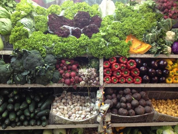 Pequeña muestra de la variedad de hortalizas y vegetales en la Plaza de Mercado de Paloquemao en Bogota Colombia.