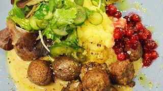 Köttbullar med potatis, gräddsås, pressgurka och lingon