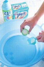 """すぐに役立つ洗濯テク!""""白Tシャツの黄ばみ""""の落とし方 画像(/4) 50℃の湯+粉末洗剤+酸素系漂白剤(粉末)で「ホワイトニング液」を作る"""