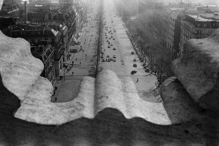 """Sergio Larrain FRANCE. Paris. Place de l'Etoile. Champs-Elysées. View from the Arch of Triumph. 1959.  Con el apoyo de """"Magnum"""" se convirtió en un reportero excepcional. Realizó trabajos destacados y obtuvo un gran reconocimiento internacional."""