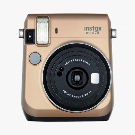 Le Mode Selfie dispose d'une luminosité et d'une distance de prise de vue adaptées aux autoportraits. Vous pouvez vérifier votre cadrage grâce au miroir positionné à côté de l'objectif. Contrôle automatique de l'exposition. Avec l'instax mini 70, l'arrière-plan est, tout comme le sujet, bien éclairé, même dans les scènes sombres. Le flash haute performance calcule automatiquement la luminosité ambiante et ajuste la vitesse d'obturation en conséquence, aucun besoin d'un réglage spécial !