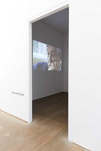 Simonka de Jong, Het zwijgen van Lou de Jong (2011). © Jordi Huisman, Museum De Paviljoens