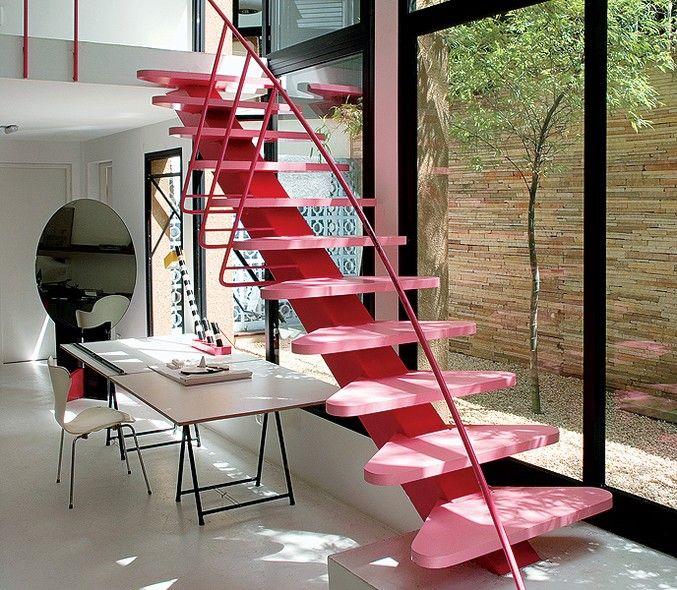 Sem medo de errar, o arquiteto italiano Luciano Devi� aplicou o cor-de-rosa na escada de sua casa-est�dio. Ela � o �nico ponto vibrante no ambiente, marcado por elementos neutros como o piso de concreto lixado e o muro de canjiquinha