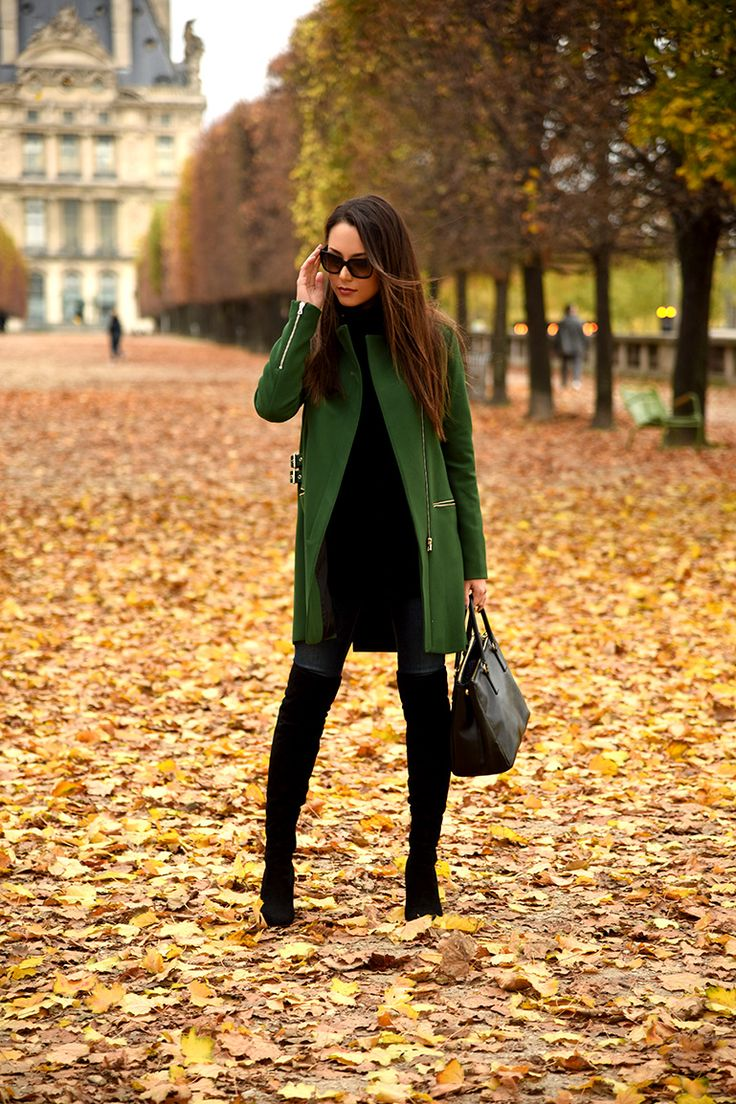 Fica super elegante se combinar com legging de lã preta + uma peça de cor. Aqui, o casaco verde deu o charme