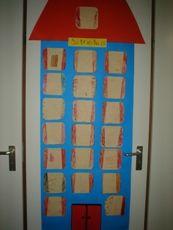 Groepswerk Elk kind tekent een raam voor het ziekenhuis. De leerkracht plakt deze tekeningen op een ziekenhuis van karton.