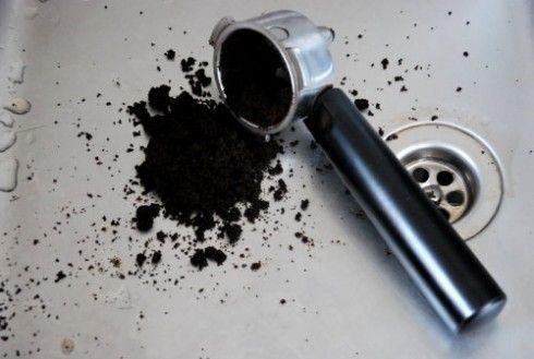 Ne jetez plus le marc de café  Pour désodoriser le frigo. Une coupelle de marc de café dans le frigo viendra à bout des odeurs tenaces (mais ça ne dispense pas de laver régulièrement l'intérieur de son frigo)