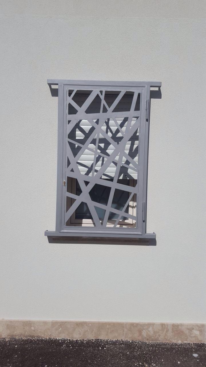 Grate di sicurezza per porte e finestre, fisse o apribili. Realizzate con lamiera spessore 5 mm, saldata a telaio.