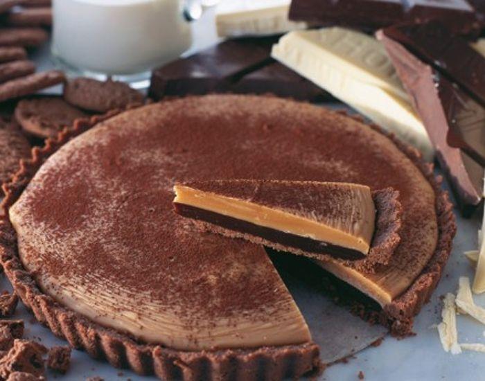 Tjek lige denne opskrift på chokoladetærte. Tærten skal slet ikke bages i ovnen! De to lag chokolade er omfavnet af en tærtedej lavet med chokoladecookies.