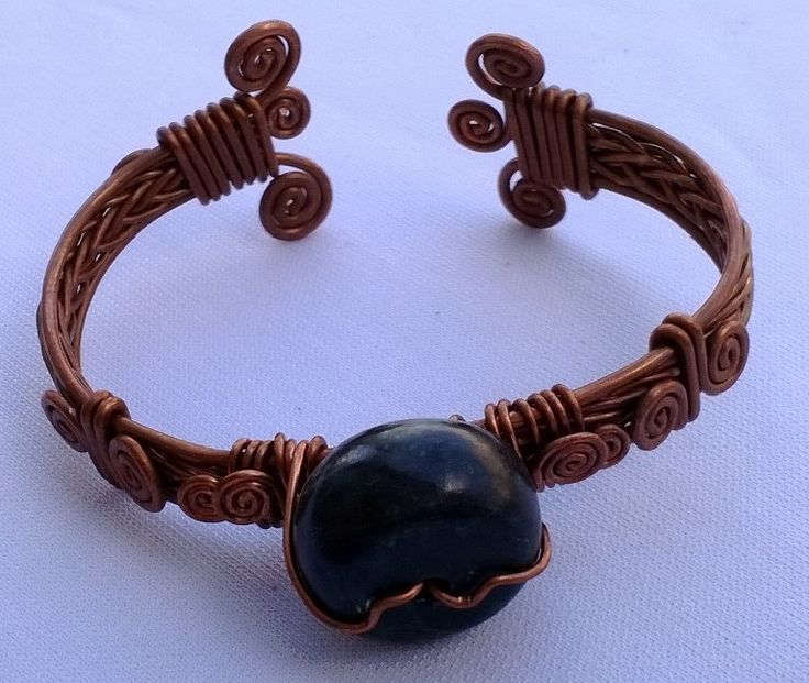 Cobre natural y pieza de Jade serpentino