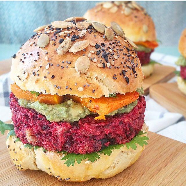 Croustillant à l'extérieur, moelleux à l'intérieur, avec une délicieuse sauce au tahini, cette recette a tout pour réaliser de parfaits burgers végétariens!
