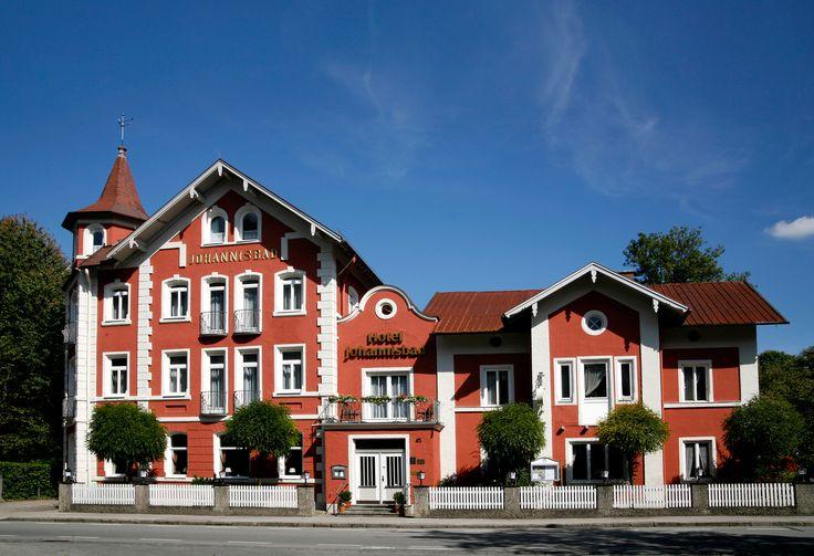 Wir sind ein familiengeführtes 3-Sterne-Haus mit 30 komfortablen Zimmern. Unser gemütliches Restaurant bietet eine junge alpenländische Küche, einen gut gefüllten Keller, und natürlich die preisgekrönten Biere der Schlossbrauerei Maxlrain.