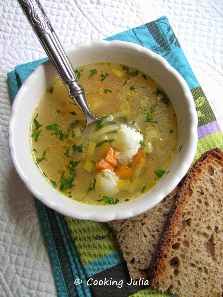 COOKING JULIA: BOUILLON DE LÉGUMES AUX RAVIOLES 2 blancs de poireau 2 carottes 20 g de beurre 2 c. à s. de fond de légumes ou 2 cubes de bouillon de légumes 3 plaques de ravioles Persil Sel, poivre