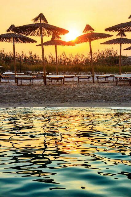 """Santorini es un pequeño archipiélago circular formado por islas volcánicas, localizado en el sur del mar Egeo, unos 200 km al sureste del territorio continental griego. Forma el grupo de islas más meridional de las Cícladas, con un área aproximada de unos 73 km². El nombre antiguo de la isla es Théra, así como la ciudad fundada en la antigüedad. Según los autores griegos antiguos, su primer nombre era Kallisté, que podríamos traducir como la """"más hermosa"""" o la """"muy bonita""""."""