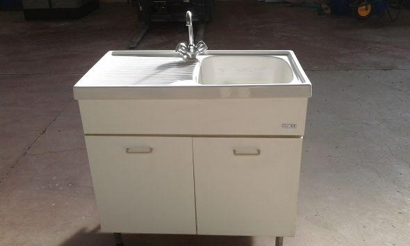 Mobiletto NIKI F1 a due ante con lavandino in ceramica ad una vasca con gocciolatoio e rubinetto in acciaio acqua calda/fredda usato. € 50 + iva.