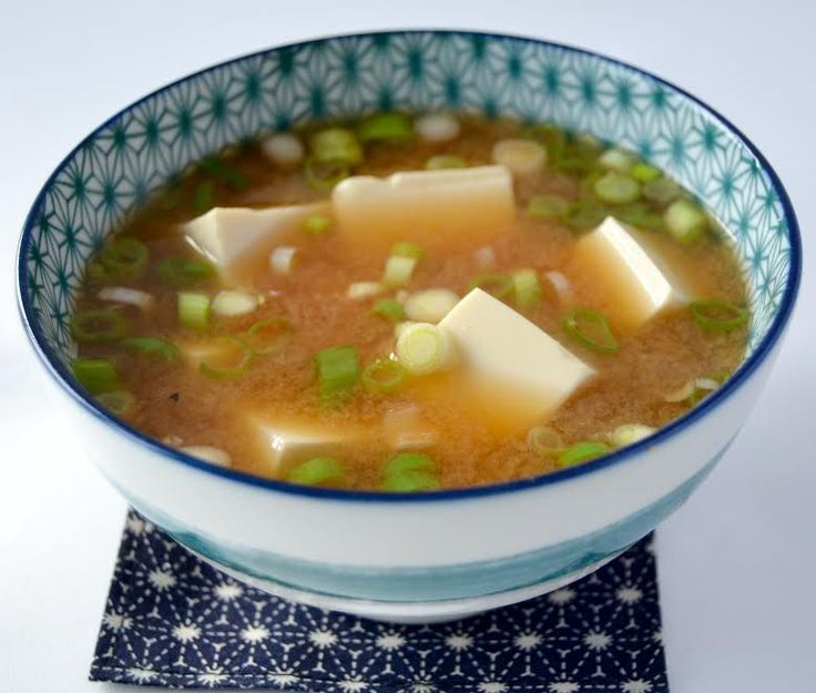 Geen Japanse ontbijt is compleet zonder een bakje rijst, een schaaltje ingemaakte groenten en een kommetje miso-soep 味噌汁. Maar ook bij het diner zijn een bakje rijst en een kommetje miso niet weg te denken. Niet tijdens de maaltijd, maar als afsluiting. Miso-soep is een perfect gerecht om jullie kennis te laten maken met twee …