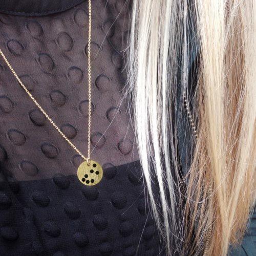 Forgyldt mønt med stjernetegn i halskæde