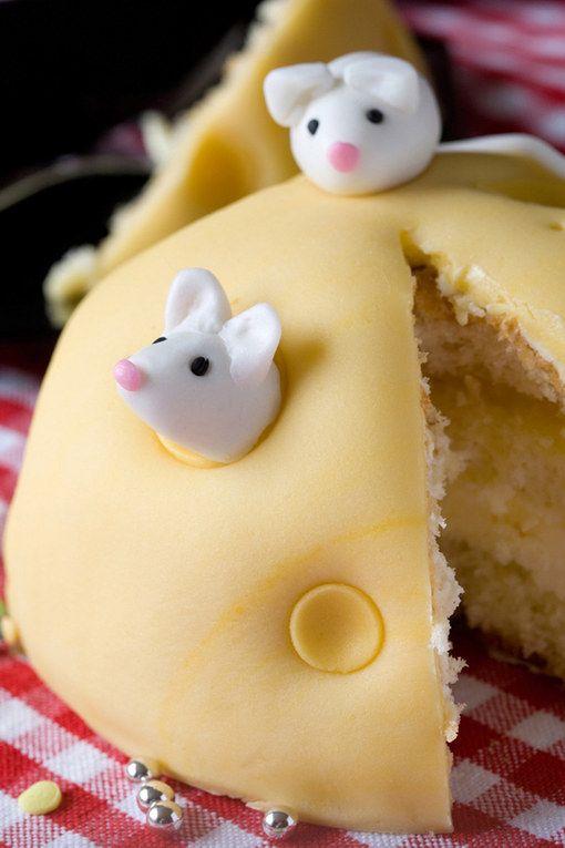 Gâteau d'anniversaire Souris sur un fromage. Facile et qui plaira à tous.
