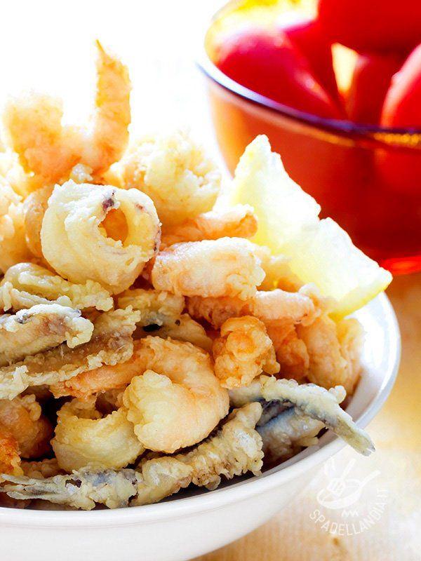 La Frittura di pesce in pastella leggera: golosi anelli di calamaro, gamberetti e alici panate con una pastella a base di acqua frizzante e farina di riso.