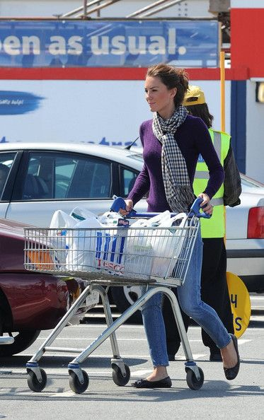 Duchess shopping :): Duchess Of Cambridge, North Wales, Grocery Shops, Katemiddleton, Prince William, Kate Middleton, Ballet Flats, Shopping, Catherine Duchess