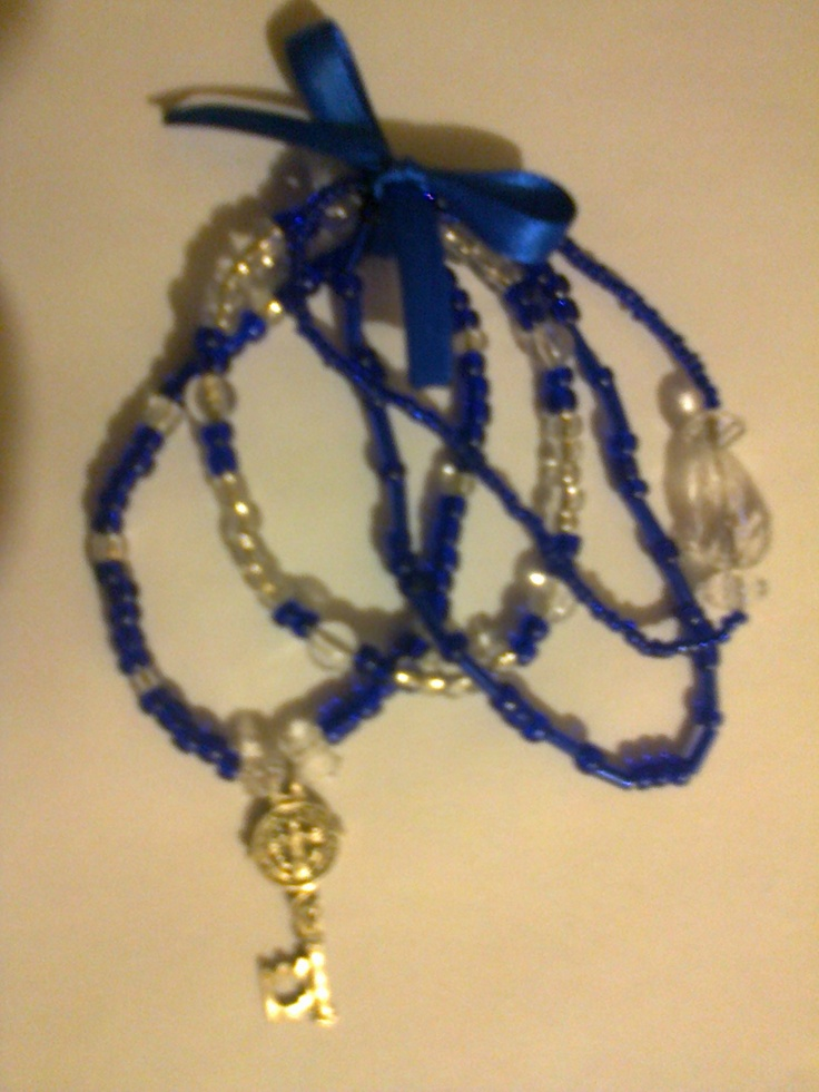 KA_P011 - Juego de pulseras en color azul rey y transparente con colgante de llave de San Benito.