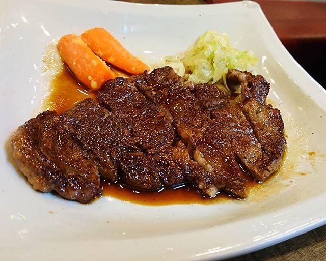 肉卸問屋直営店のステーキランチ  やっぱりしっかりした流通の店の肉はうまい!🐂 ロースがお手軽価格で食べれて、ありがたや🙇  Let's eat grilled meat !  #ランチ #お昼ごはん #焼肉 #肉 #牛 #ステーキ #ロース #ごはん #にんじん #キャベツ #直営店 #綾瀬 #せんりゅう #うまい #デブ活 #飯テロ #デブエット #肉スタグラム #instafood #lunch #grilledmeat #meat #retail #companystore #rice #carrot #delicious #yummy #beaf