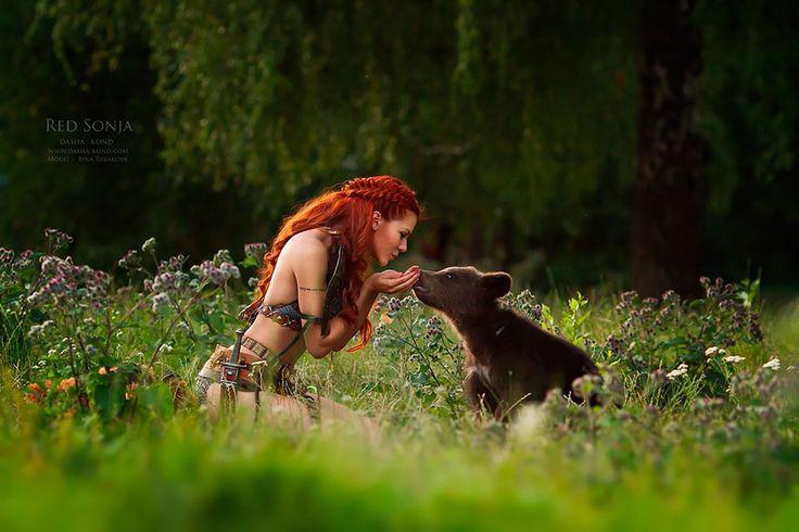 ¿Nunca habéis querido haceros amigos de algún animal salvaje? Esta fotógrafa rusa consigue que sus modelos y animales entrenados salgan cariñosamente en las fotos y les da un aura de cuento de hadas.