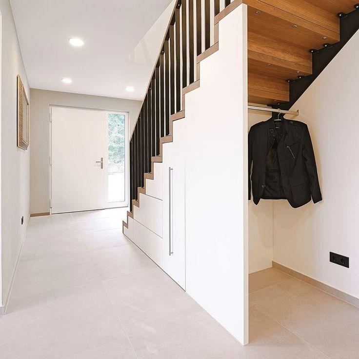 … und ein guter Schuss #Natürlichkeit 🍹 — Die starken Töne der #Massivholz #Treppe in #Eiche werden von hellen Materialien im Raum…