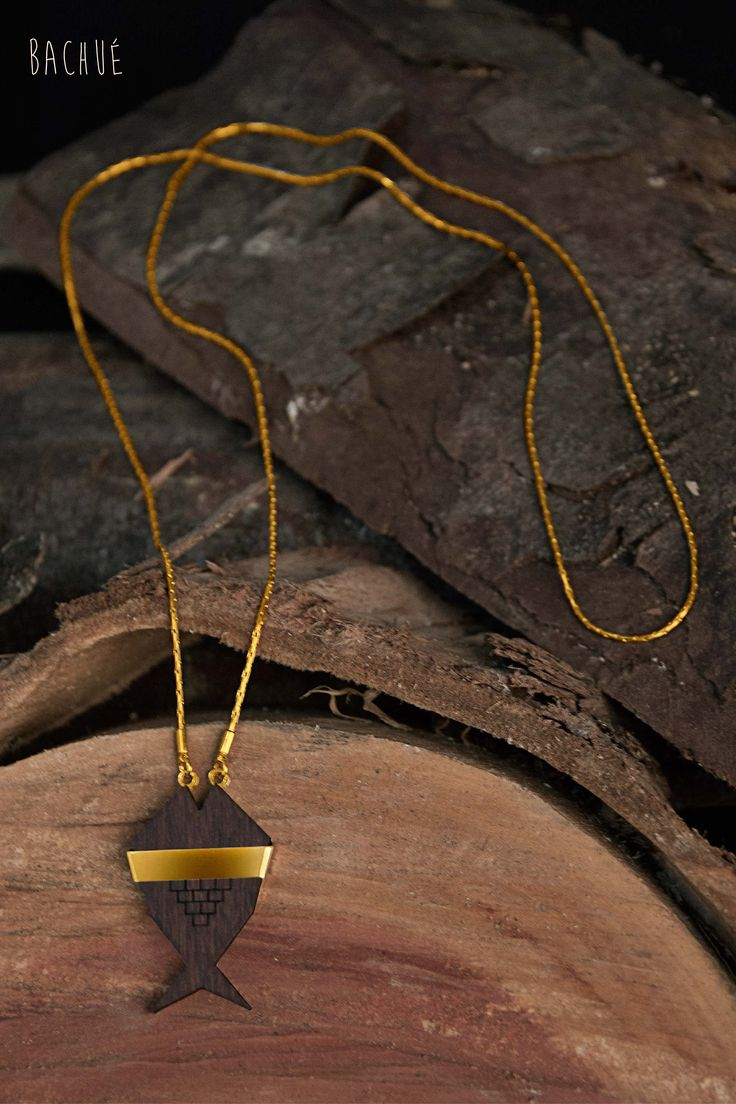 - Fihisca -  Collar Fihisca con madera ébano y cadena larga.  Fotografía Andrés Hoyos