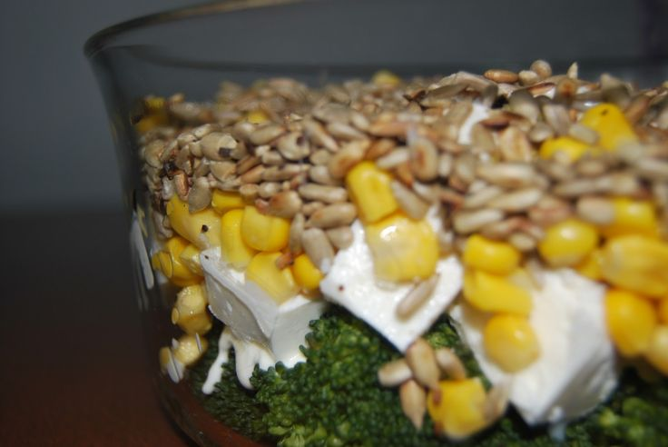 Sałatka brokułowa z serem feta, kukurydzą i słonecznikiem