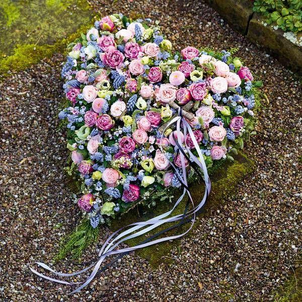 Trauersymbolische Gedenkfloristik in Herzform