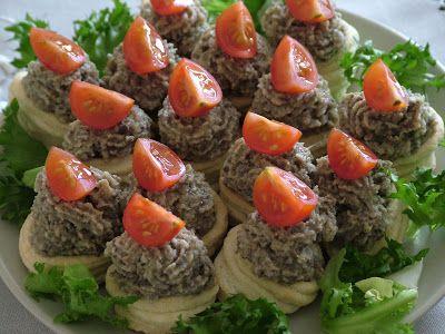 Składniki: ciasto francuskie (270g) pieczarki (150g) 1 duża cebula (100g) 2 jajka (120g) przyprawy (sól, pieprz)
