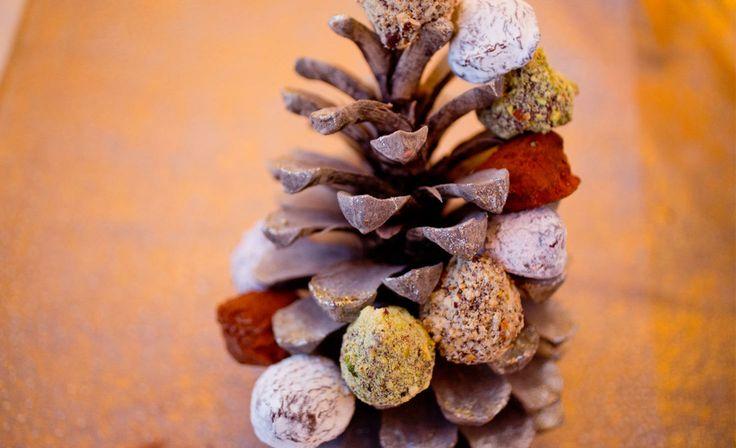 Sjokoladetrøfler - Du kan bruke alt fra kakaopulver, melis, malte nøtter, kokosmasse eller kakestrø til rulling av trøflene.  Oppskriften gir ca. 45 stk.  Bringebærtrøfler Bruk samme oppskrift som til sjokoladetrøfler, men erstatt fløte med bringebærpuré. Bruk fryste bringebær som du tiner, moser og gnir igjennom en sikt, slik at frøene fjernes.  Andre varianter Bruk samme grunnoppskrift og smak sjokoladeblandingen til med s…