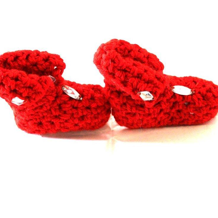 Meravigliose babbucce rosse per neonati realizzate a mano all'uncinetto