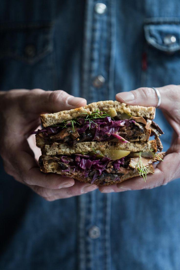 Sautierte Gewürzpilze, hausgemachter Rotkohlsauerkraut, russische Dressing und Gurken packen einen Geschmackstempel im Twisted Mushroom Reuben Sandwich.