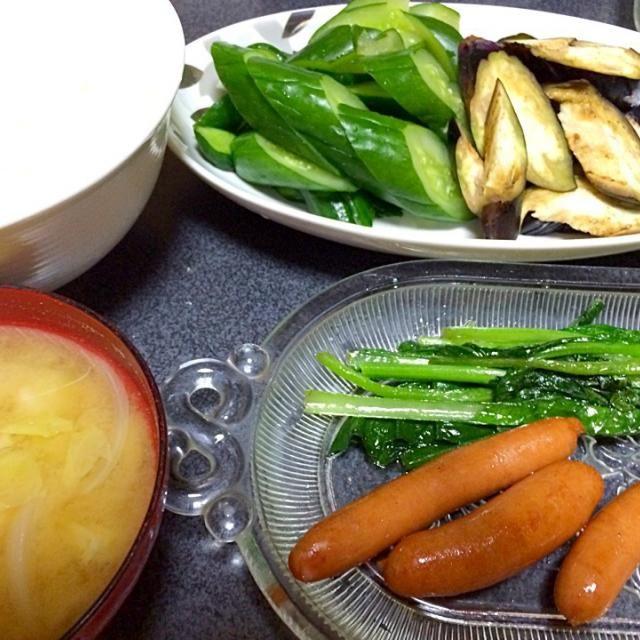 ご飯も味噌汁もおかわりしたさ。ご飯なんて3杯飯! #夕飯 - 9件のもぐもぐ - キャベツ新玉ねぎ味噌汁、小松菜ソテー、白米、ウインナー、ぬか漬け(きゅうり、ナス) by ms903