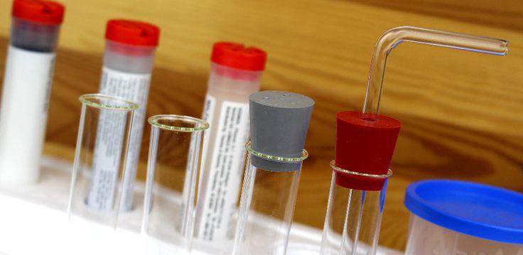 Versuchsstation mit Reagenzgläsern und Chemikalien aus dem Experimentierkasten von Kosmos: Chemie-Labor C1000