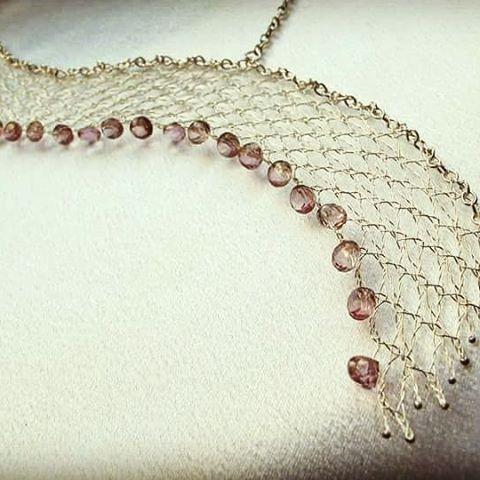 Asymmetrisches collier aus Silber925 mit rosa Topas #gosiko ,#bobbinlace, #silver, #unique, #lacejewellery, #wirelace, #klöppelspitze, #draht, #drahtschmuck, #klöppelschmuck, #klöppelkunst, #klöppeln, #art