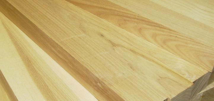 """El fresno es una madera dura de grano recto y textura basta de un color que va del pardo al marrón rojizo. En algunos casos el duramen es más oscuro, en cuyo caso se denomina """"fresno oliva"""". Su uso es muy variado, desde mangos para herramientas, aperos agrícolas, ebanistería, chapados y contrachapados. Aunque es muy difícil de trabajar por la dureza que tiene los resultados son muy duraderos."""