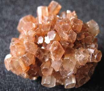 Aragonit, tw:4, pseudoheksagonalne trojaki, składnik szkieletów, nacieki jaskiniowe, gorące źródła, z roztworów hydrotermalnych