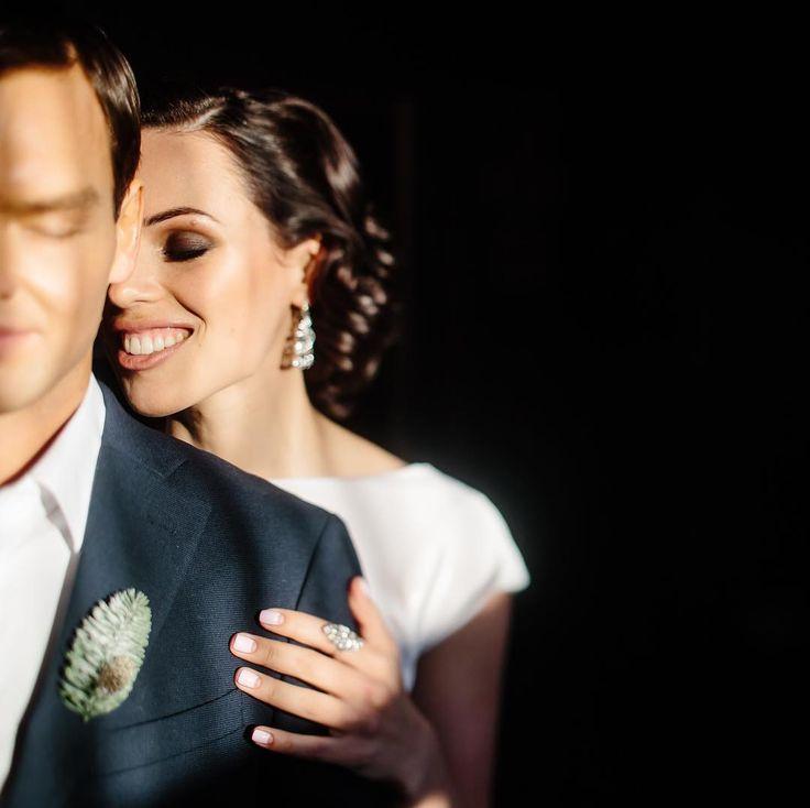 А у меня сегодня первый выходной за 3 недели ��  Собираюсь передвигаться по кровати ловя солнечный свет до самого вечера ��А вам желаю активной субботы ��  Planner @timetolove_wedding  Photo @dimi3i  Muah @yanabuzychkina  Flowers @wedding_ld_decor  Accessoires @fromsiberia_wl  Dress #timetodress_wedding  #платьеневесты #свадебноеплатье #свадьба #сказалада #bride #wedding #weddywood #wed_vibes #weddingdress #bride http://gelinshop.com/ipost/1523927078558592727/?code=BUmE5qVFW7X