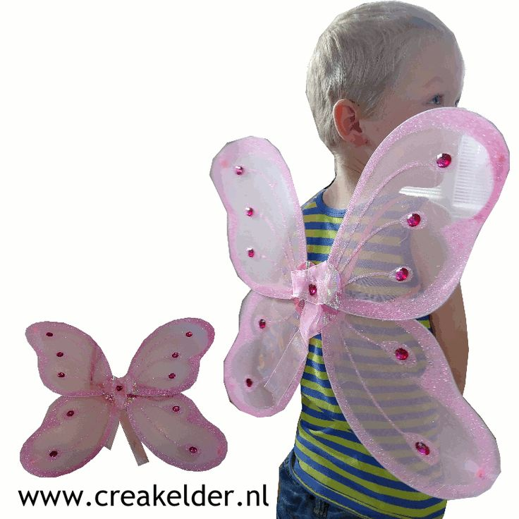 """Met deze vleugels zou je zo weg willen vliegen.  Ze zijn gemaakt van doorschijend roze stof met prachtige glimmende roze """"diamanten""""'  Met behulp van twee lussen hang je hem zo aan je armen.  www.creakelder.nl"""