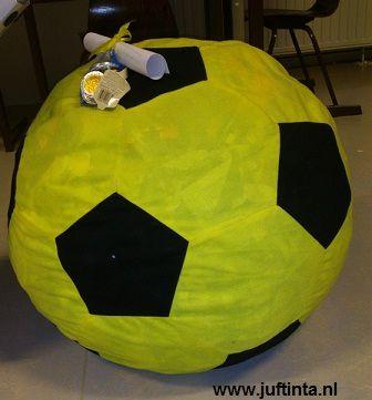 Deze voetbal is gemaakt van stof en is helemaal gevuld met kranten. De cadeautjes zijn in de voetbal verstopt.