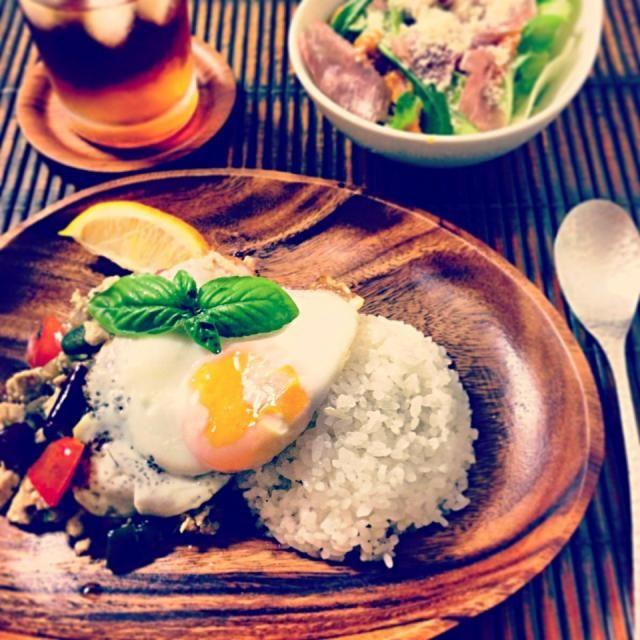 昨日から今日はガパオにしよーと決めて、高野豆腐を一つ残しておいたのです。  ガパオに入れてみたくて。  大成功ー!!!  日々、痩せる為のメニューとしたらつまらないけど、必要以上にカロリーを取らず、身体に良くて、美味しいもの、、、を気にかけて献立してます。  ダイエットではなく、今より太らない、くらいの健康メニューが理想。  私は痩せたいけど笑  家族にとっては美味しい一番、健康ももれなく付いてくるよーなご飯がやっぱり理想!ですよねー⑅❛ั◡❛ั⑅ - 180件のもぐもぐ - 高野豆腐 in ガパオ by aiko0111