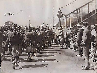 BRITISH BLACK WATCH REGIMENT SOLDIERS IN UNIFORM VINTAGE MILITARY FILE PHOTO